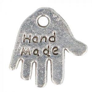 Bedeltje hand made in de kleur zilver